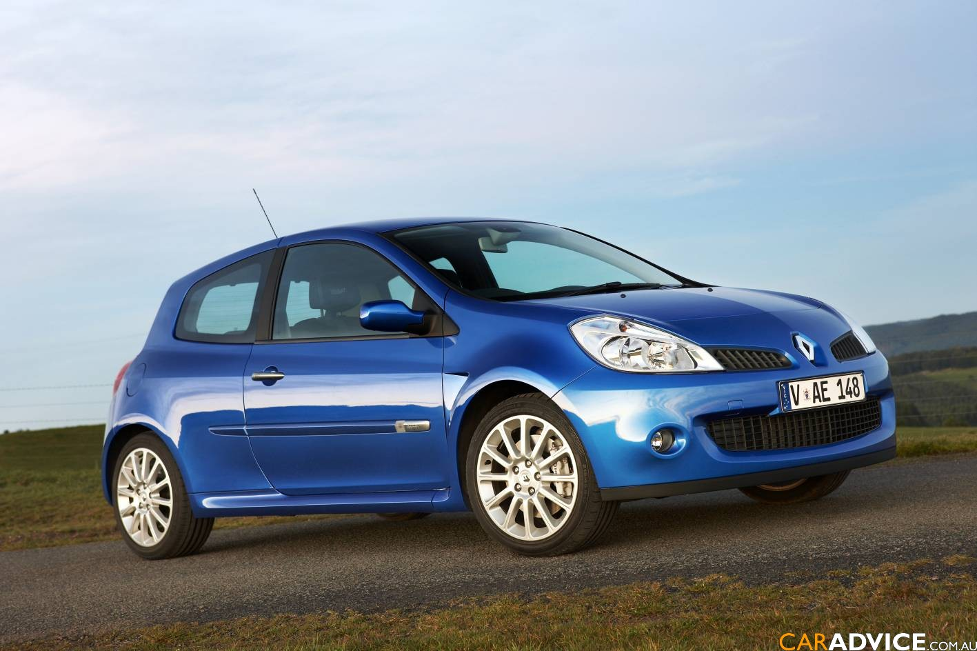 renault clio 1 6 sport photos and comments. Black Bedroom Furniture Sets. Home Design Ideas